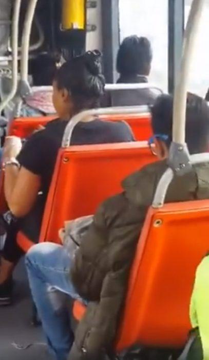 mujer pintando su cabello en el transporte publico