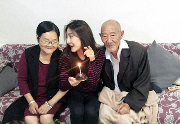 Chica festejando su cumpleaños junto a sus abuelos
