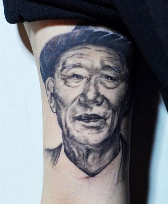 Chica con el tatuaje de su abuelo en el brazo