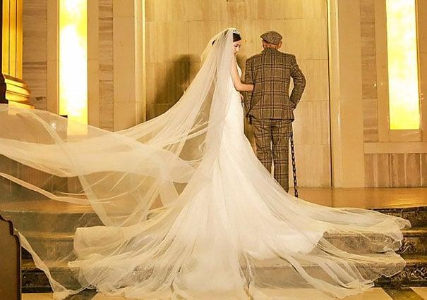 Chica vestida de novia posado junto a su abuelo