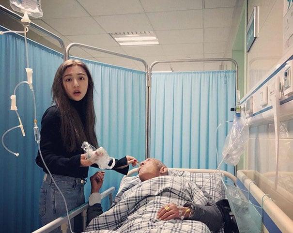 Chica alimentando a su abuelo en el hospital