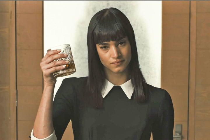 chica sosteniendo una copa de whisky