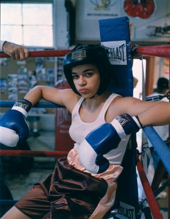 chica usando guantes de box
