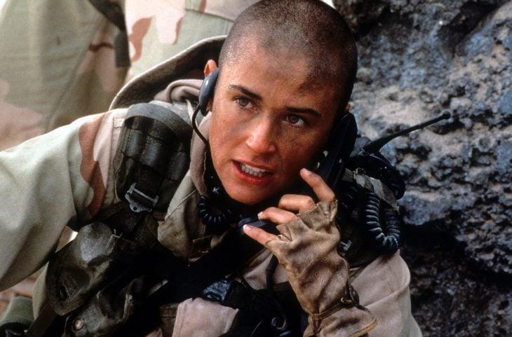 chica vestido como soldado de guerra