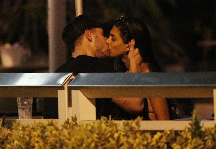 Pareja de novios besándose Nick Jonas