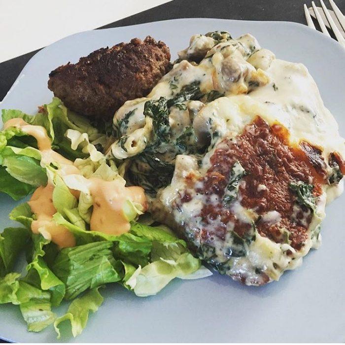 Plato de carne acompañado con ensalada
