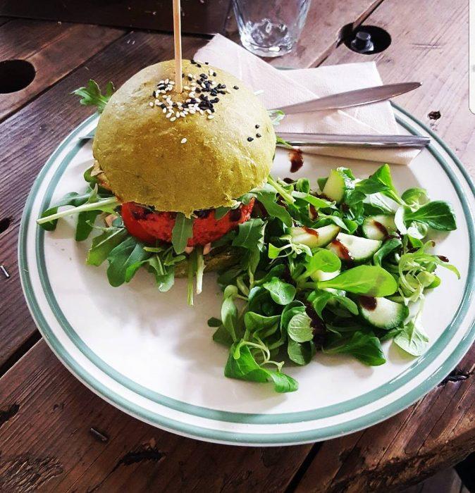 Hamburguesa vegetariana acompañada de ensalada