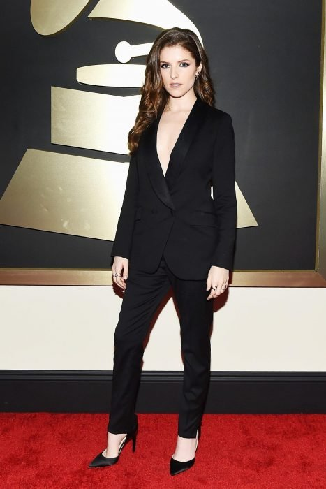 Chica usando un traje de color negro