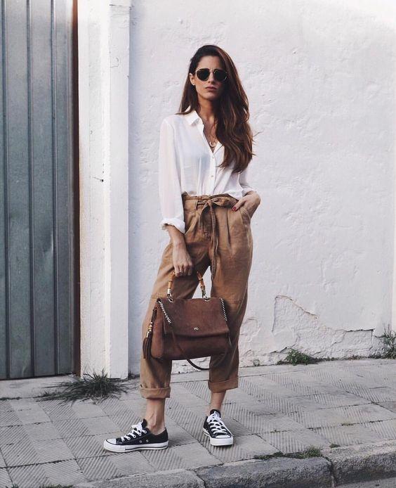 chica usando pantalón color café