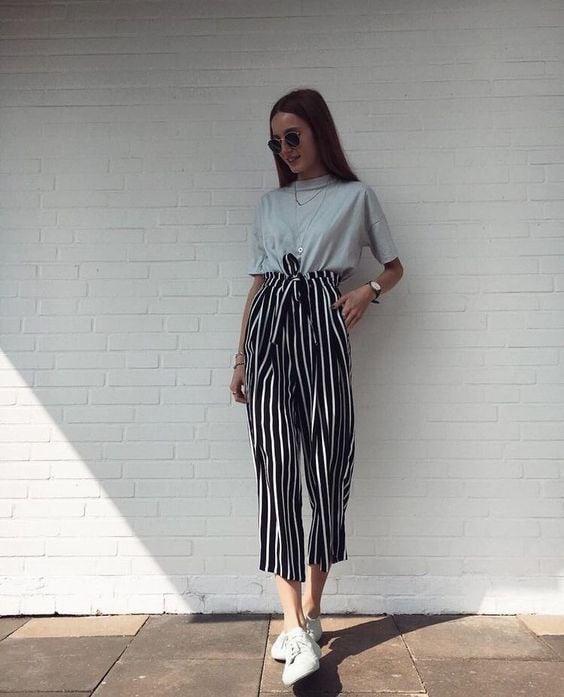 chica usando pantalones a rayas