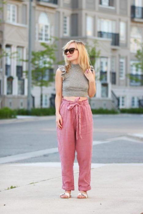 chica con pantalones color rosa
