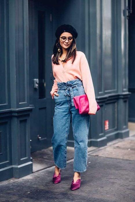 chica usando un bolso en color rosa fuscia