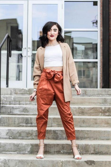 chica usando jeans en color naranja metálico