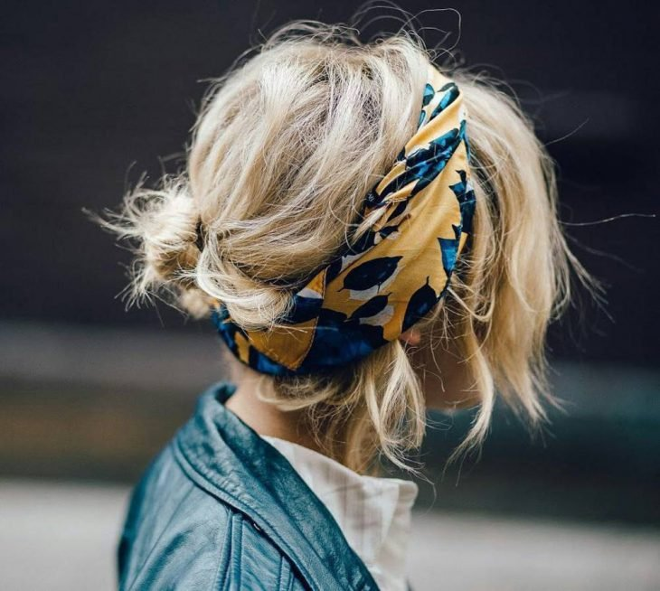 Chica con cabello corto usando una banda en la cabeza