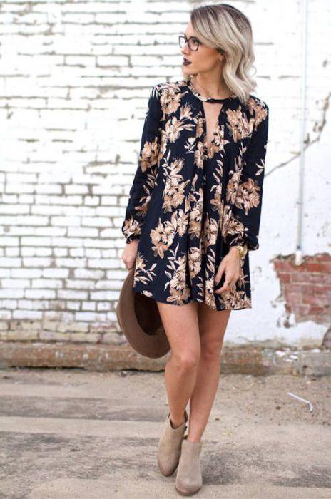 chica usando un vestido floreado
