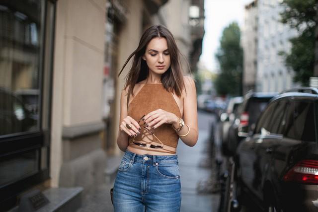 chica usando top de color marrón