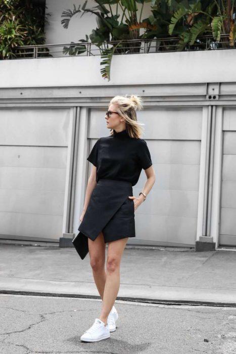 chica usando una falda cruzada de color negro