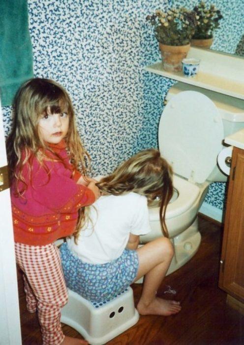 niña sosteniendo el cabello de otra niña