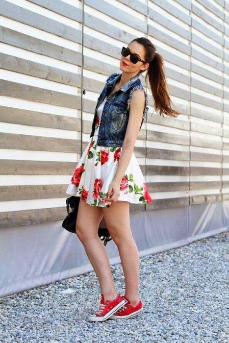 chica usando vestido con flores