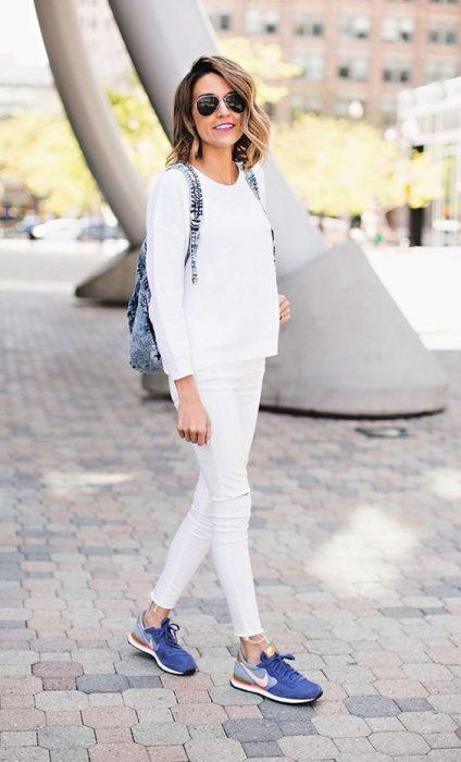chica usando ropa blanca