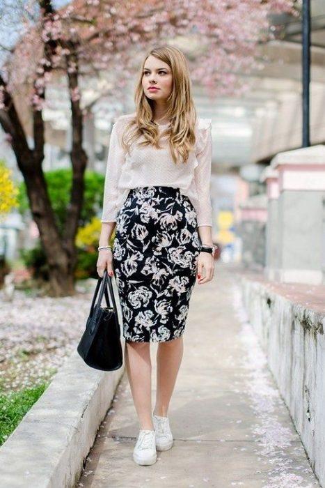 chica usando falda a flores
