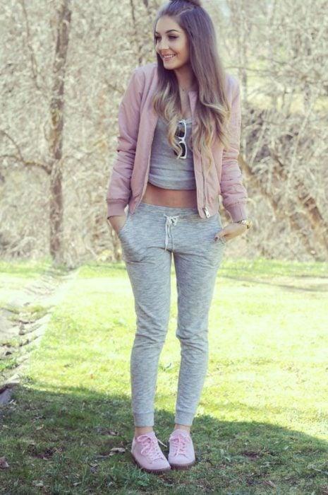 chica usando ropa deportiva