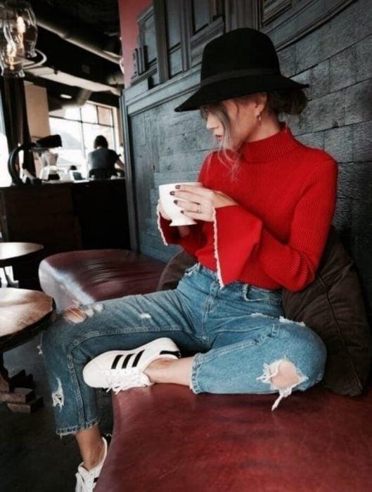 chica con blusa roja de olanes