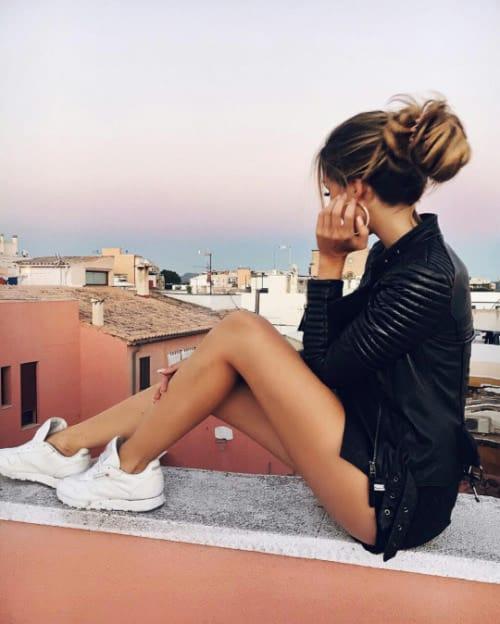chica con ropa de cuero