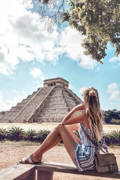 Chica sentada admirando las piramides mayas