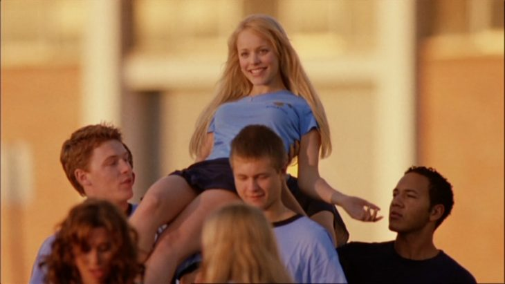Escena de la película chicas pesadas. Regina George alzada en brazos