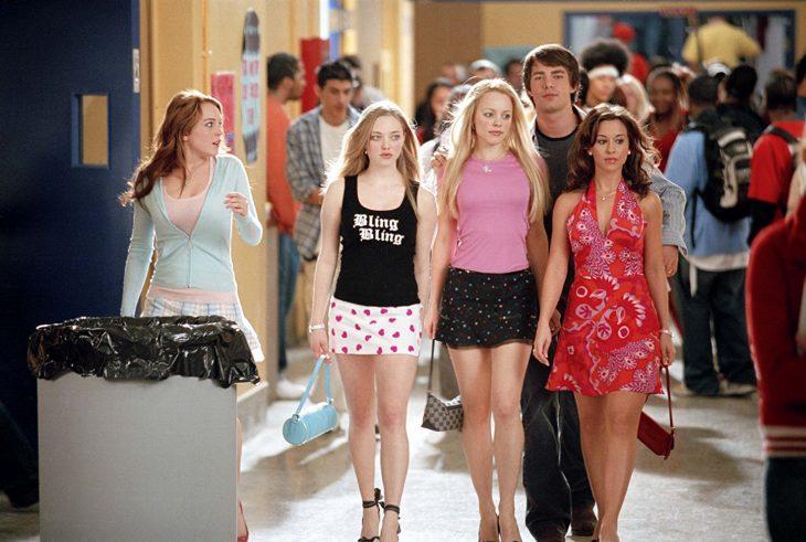 Escena de la película chicas pesadas. Regina George caminando