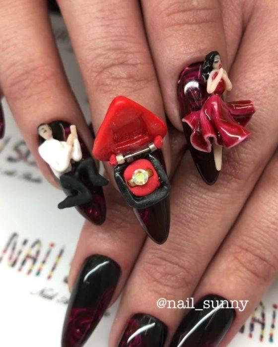 Uñas en 3D Creadas por el salón de belleza nail sunny en forma de un hombre pidiendole matrimonio a una chica