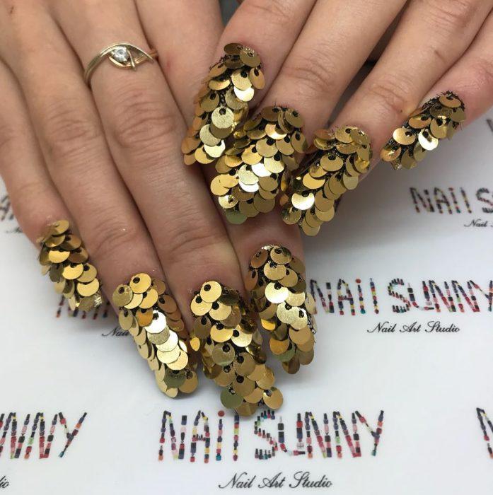 Uñas en 3D Creadas por el salón de belleza nail sunny con lentejuelas para el desestres