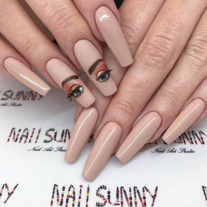 Uñas en 3D Creadas por el salón de belleza nail sunny con ojos maquillados