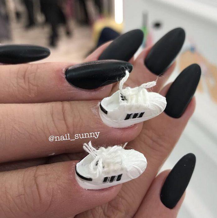 Uñas en 3D Creadas por el salón de belleza nail sunny con pequeños tenis adidas