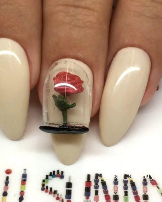 Uñas en 3D Creadas por el salón de belleza nail sunny que tienen la forma de la rosa de la bella y la bestia