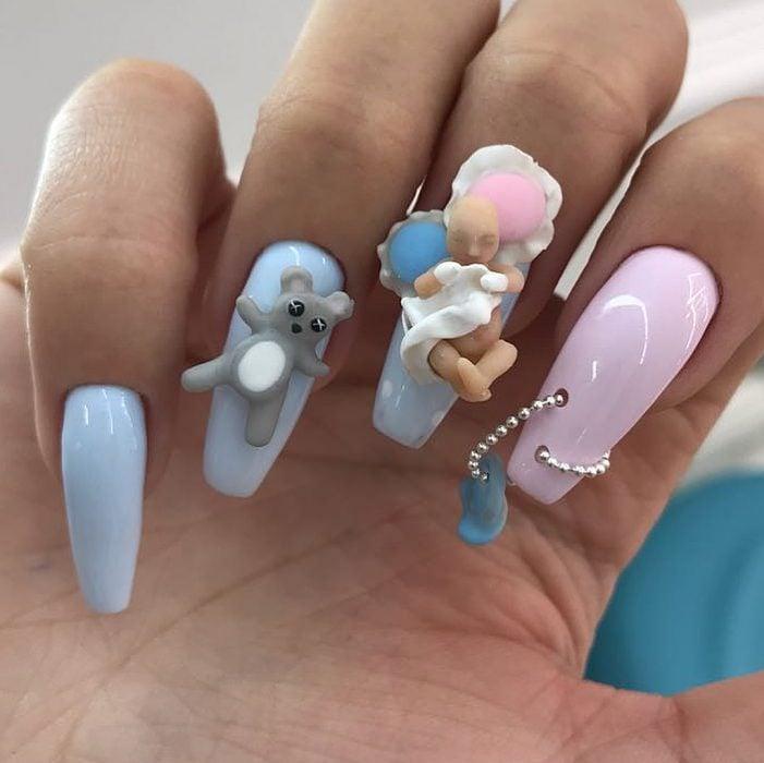 Uñas en 3D Creadas por el salón de belleza nail sunny con prqueños muñecos