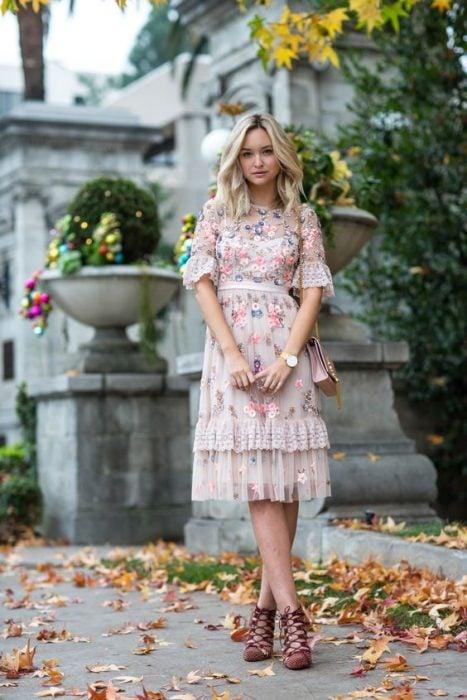 chica usando un vestido de flores bordadas