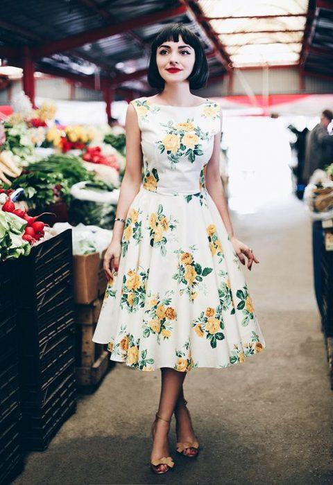 chica con flores de color amarillo