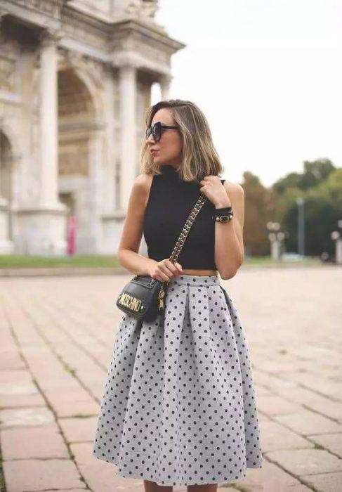 chica usando falda de color gris claro