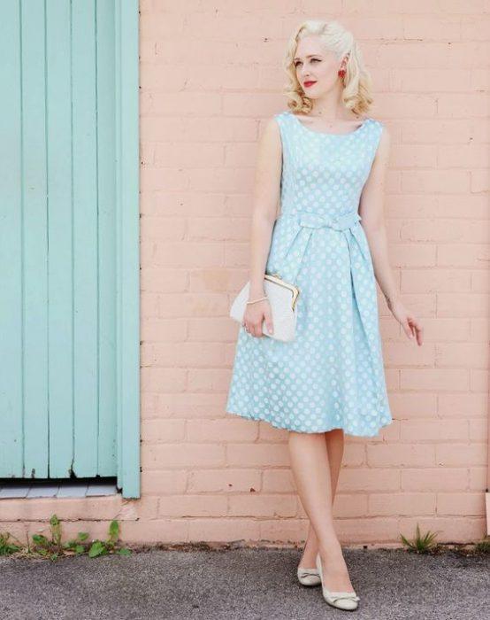 chica de cabello rubio usando vestido azul