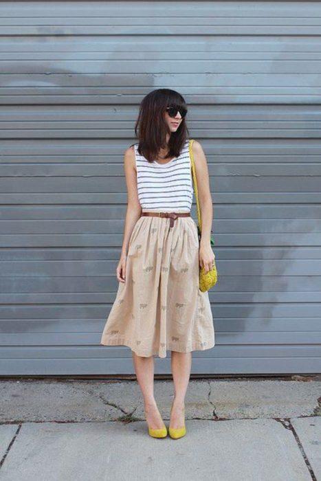 chica usando zapatos de color mostaza