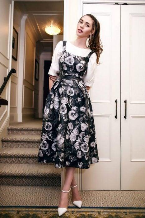 chica usando vestido con flores blancas