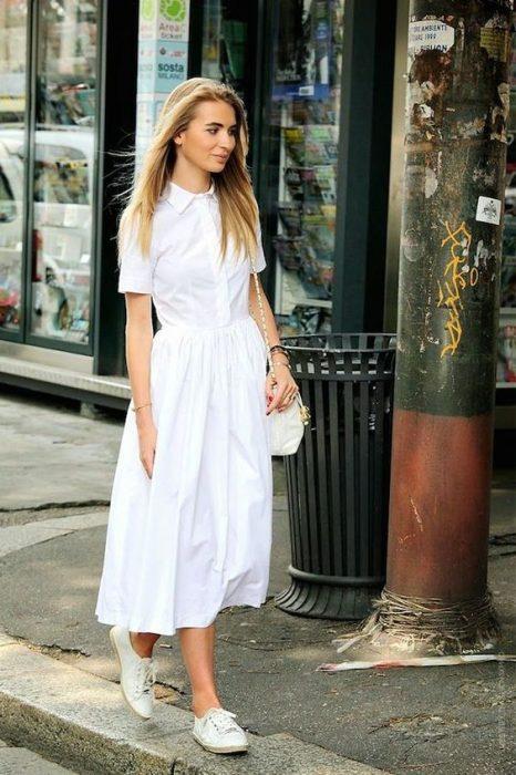 chica usando vestido blanco