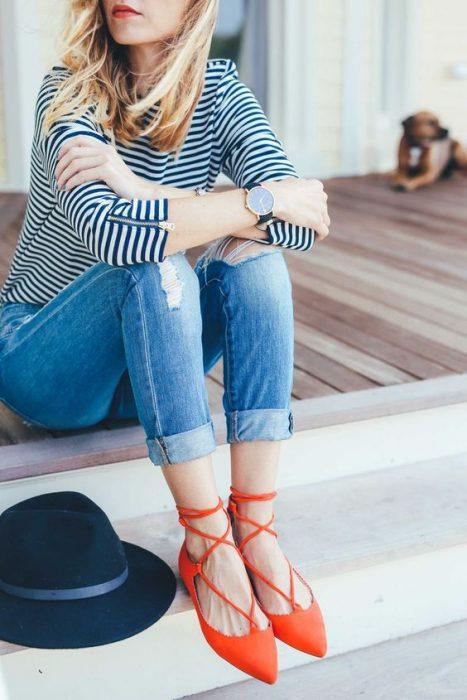 chica usando zapatos de color naranja