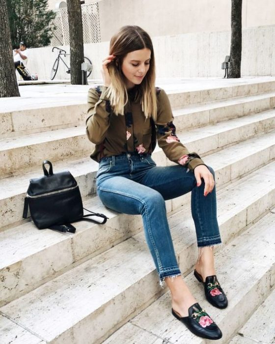 chica usando una mochila en color negro