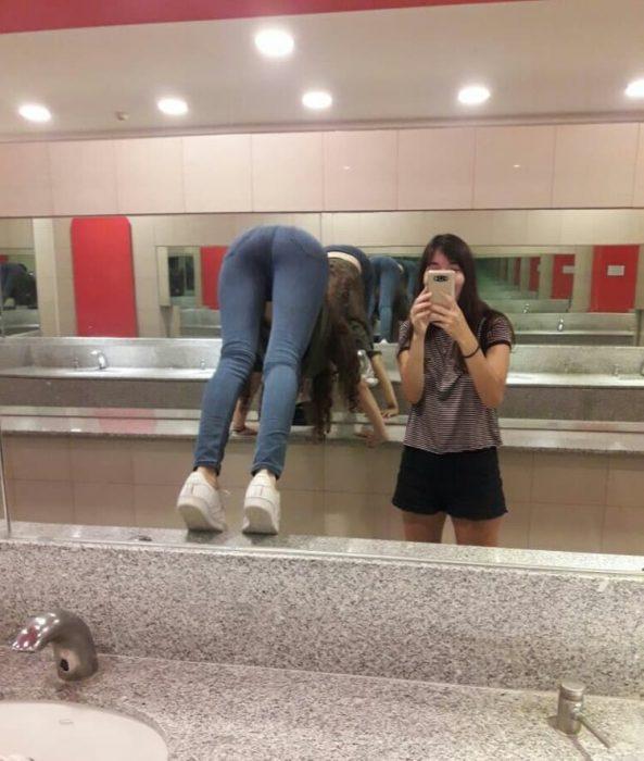 chicas frente al espejo