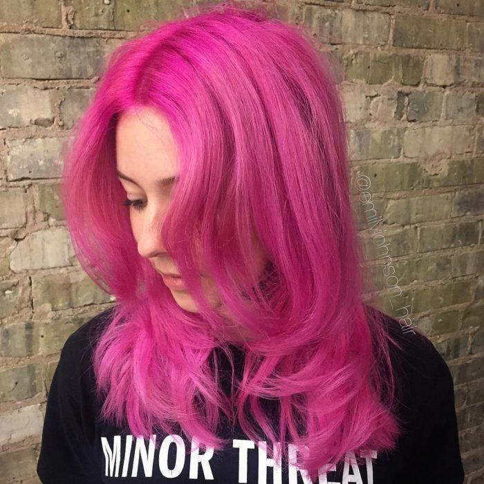 Chica usando el cabello de color rosa chicle