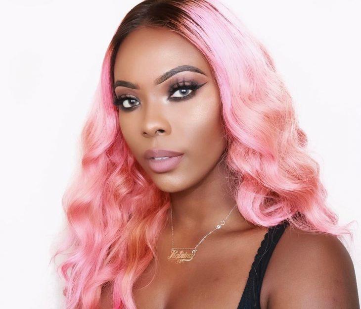 Chica usando el cabello rosa chicle