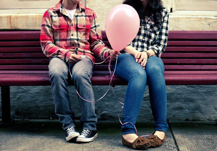 pareja junta con un globo